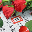 Foto Stock: Roses lay on calendar with date of February 14 Valentin