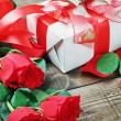 Red roses and holiday gift — Foto Stock #18037569