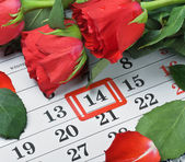 Roses lay on the calendar with the date of February 14 Valentin — Stockfoto