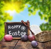 Dekorerad med målade påskägg och en öppen bibel — Stockfoto