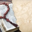 Bible with rosary — Lizenzfreies Foto