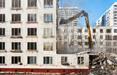 Demolition of dilapidated and old apartment building — Stockfoto