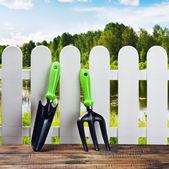 園芸工具および白いフェンス — ストック写真