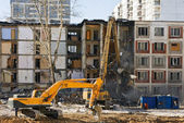 Demolition of dilapidated and old apartment building in Moscow — Stockfoto
