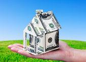 Casa feita de dinheiro na mão — Foto Stock