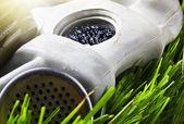 Gas masker op het gras — Stockfoto
