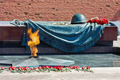 Tomb of the Unknown Soldier with eternal flame in Alexander Gard — Stock Photo