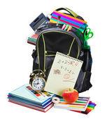 Plecak pełen przybory szkolne na biały — Zdjęcie stockowe