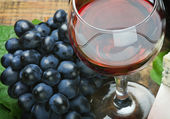 Glass of red wine and grape — Stock Photo