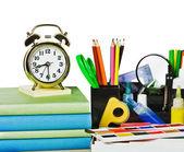 目覚まし時計と学校用品 — ストック写真