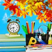 Despertadores e material escolar — Fotografia Stock