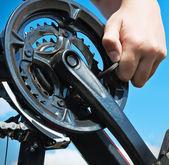 Repairs bicycle — Stock Photo