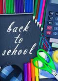 Pizarra vuelve a la escuela y suministros para la escuela — Foto de Stock