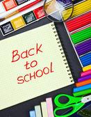 блокнот для записи и школьные принадлежности — Стоковое фото