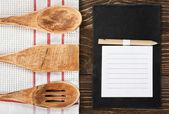 Utensilios de cocina y un bloc de notas para escribir una receta — Foto de Stock