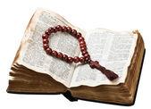 Rosario de madera sobre la biblia aislado — Foto de Stock
