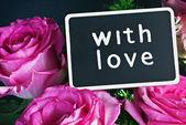 Rosa e una lavagna con un desiderio d'amore — Foto Stock