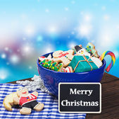 Christmas gingerbread cookies and a blackboard — Stock Photo