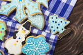 Smiling gingerbread men and Christmas cookies — Stock Photo