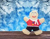 Smiling gingerbread men on a frozen background — Stock Photo