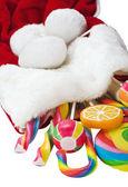 Caramelo en un calcetín de navidad aislado sobre fondo blanco — Foto de Stock