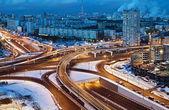 διασταύρωση στους δρόμους της μόσχας στην χειμωνιάτικη νύχτα — 图库照片