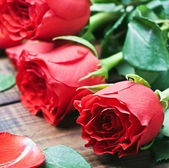 Bouquet of red roses on the table — Stockfoto