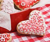 Biscoitos numa caixa em forma de corações assadas para o dia dos namorados — Fotografia Stock