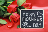 Roses and a blackboard with congratulations from mothers day — Stockfoto
