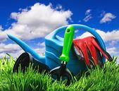 Garten-tools auf einer wiese — Stockfoto