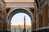 Winter Palace view through Senate Arch at dawn, St Petersburg — Stock Photo