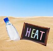 Tabule s textem tepla a láhev s vodou — Stock fotografie