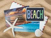 Quadro-negro com a praia de palavras e as fotos das férias — Fotografia Stock
