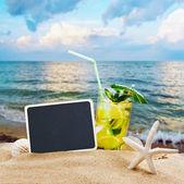 Refrescante cocktail na areia do mar — Fotografia Stock