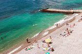 Vacationers swim and sunbathe on the Black Sea in Yalta — Stock Photo