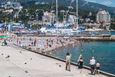 People relax and swim at the beach in Yalta — Stock Photo