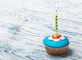Cupcake mit floralen dekorationen und kerze — Stockfoto