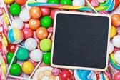 Bordo nero su caramelle e dolci — Foto Stock