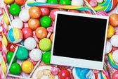 Rám leží na sladkosti a bonbony — Stock fotografie