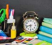 útiles escolares en el escritorio — Foto de Stock