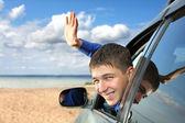 Jeune homme dans une voiture — Photo