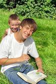 Hermanos divertirse al aire libre — Foto de Stock