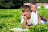 Adolescente y niño en el parque — Foto de Stock