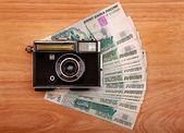 复古相机和钱 — 图库照片