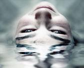 面对在水中 — 图库照片