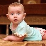 surpreso o bebê no chão — Foto Stock