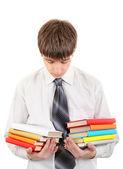 Estudiante con muchos libros — Foto de Stock
