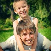 Irmãos felizes — Foto Stock