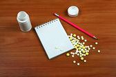 Píldoras y cojín de escritura — Foto de Stock