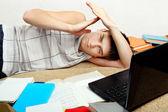 Trött student på soffa — Stockfoto
